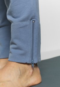 Filippa K - AMERICAN JOGGER - Jogginghose - misty blue - 5