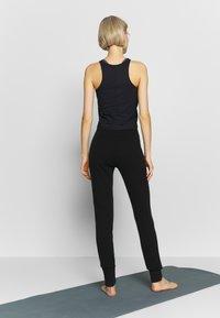Filippa K - TRACKPANT - Pantalon de survêtement - black - 2