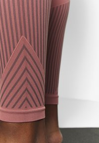 Filippa K - STRIPED SEAMLESS - Leggings - anemone - 5