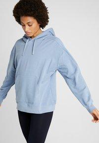 Filippa K - HOODED - Bluza z kapturem - misty blue - 0