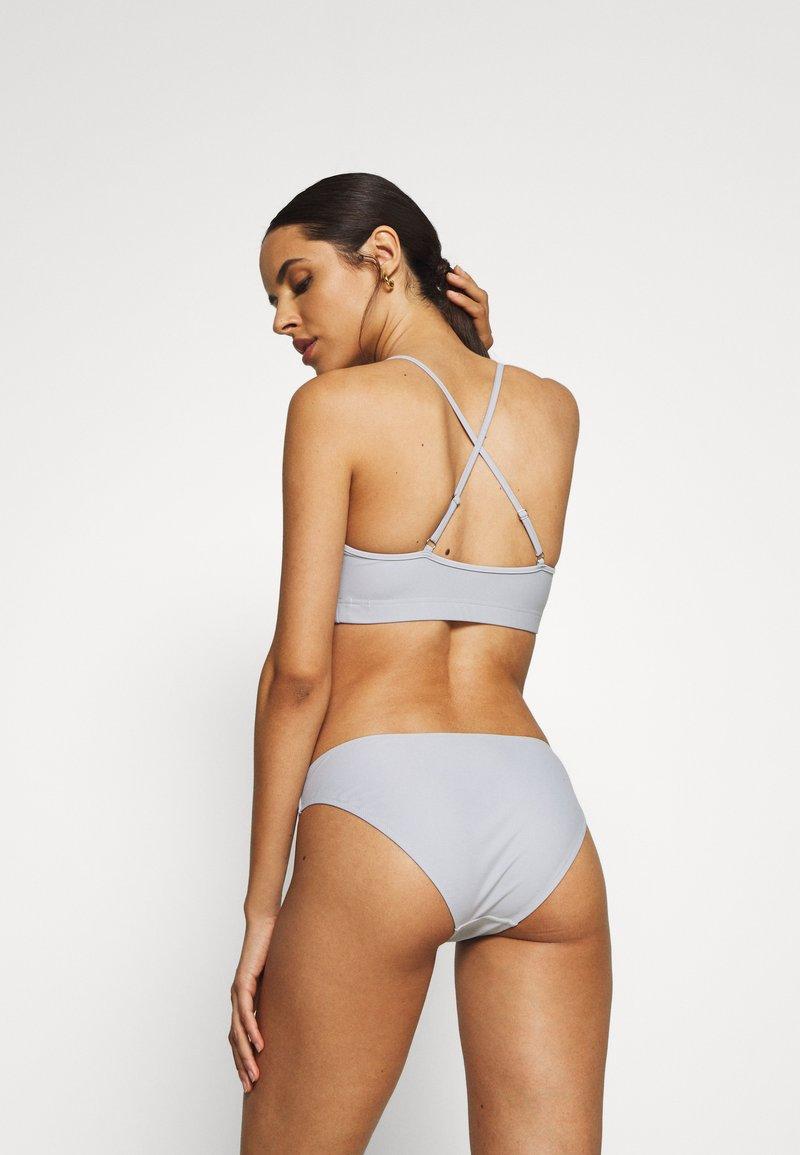Filippa K CROSS BACK - Bikini pezzo sopra - cloud mEmybx vendita online