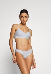 Filippa K - CROSS BACK - Bikini top - cloud - 1