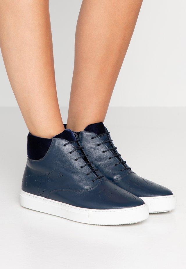 Sneaker high - ocean