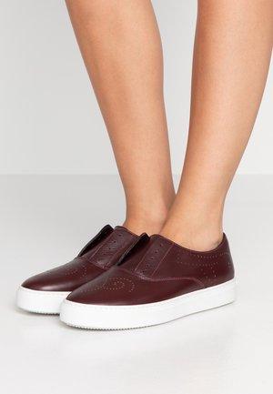 Slippers - uva