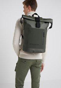 Filson - DRY BACKPACK - Batoh - green - 1