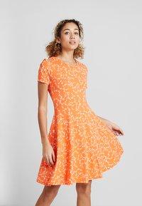 Fransa - FRDIDOT DRESS - Sukienka z dżerseju - nasturtium - 0