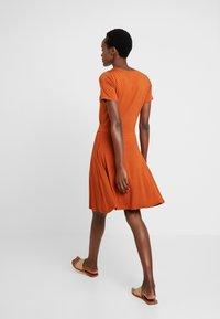 Fransa - FREMDOTTON DRESS - Jerseykjole - metallic red - 2
