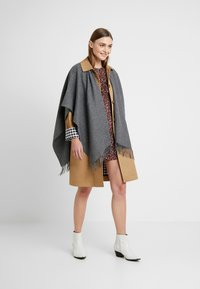 Fraas - Cape - mid grey - 1