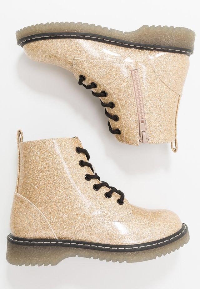 Šněrovací kotníkové boty - gold