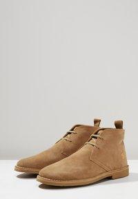 Farah - LOZZA - Volnočasové šněrovací boty - almond - 2