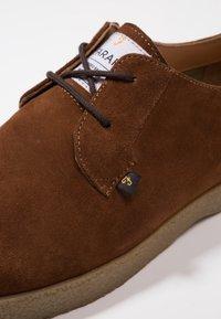 Farah - SAWYER - Volnočasové šněrovací boty - cognac - 5
