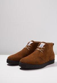 Farah - SINCLAIR - Volnočasové šněrovací boty - cognac - 2