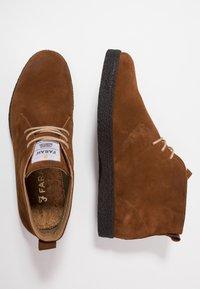 Farah - SINCLAIR - Volnočasové šněrovací boty - cognac - 1