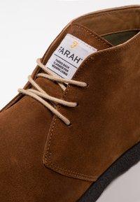 Farah - SINCLAIR - Volnočasové šněrovací boty - cognac - 5