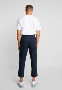 Farah - HAWTIN CROP HOPSACK - Chino kalhoty - true navy - 2