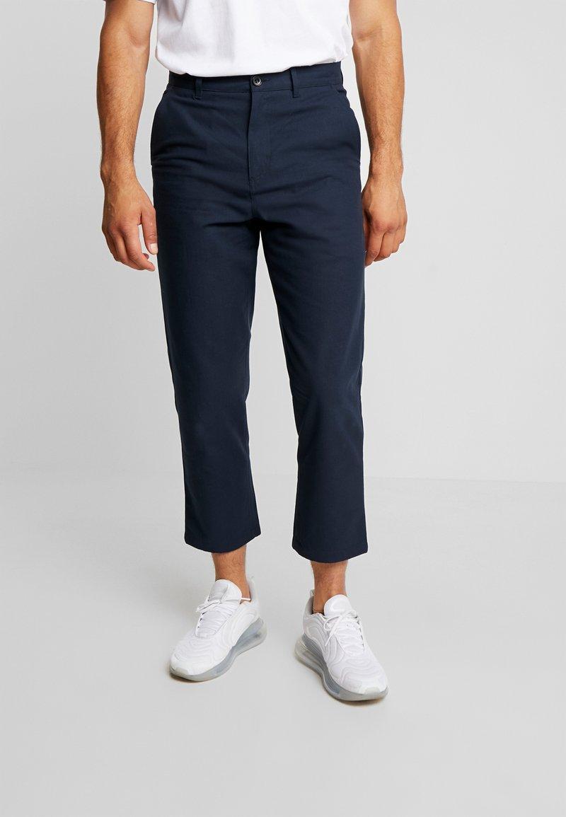 Farah - HAWTIN CROP HOPSACK - Chino kalhoty - true navy