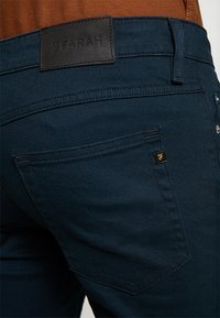 Farah - DRAKE - Jeansy Slim Fit - true navy - 5