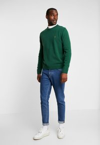 Farah - THE ROSECROFT CREW NECK  - Stickad tröja - bright emerald - 1