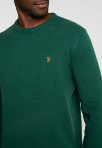 Farah - THE ROSECROFT CREW NECK  - Stickad tröja - bright emerald - 4