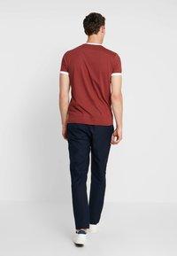 Farah - GROVES - T-shirt basic - burnt red - 2
