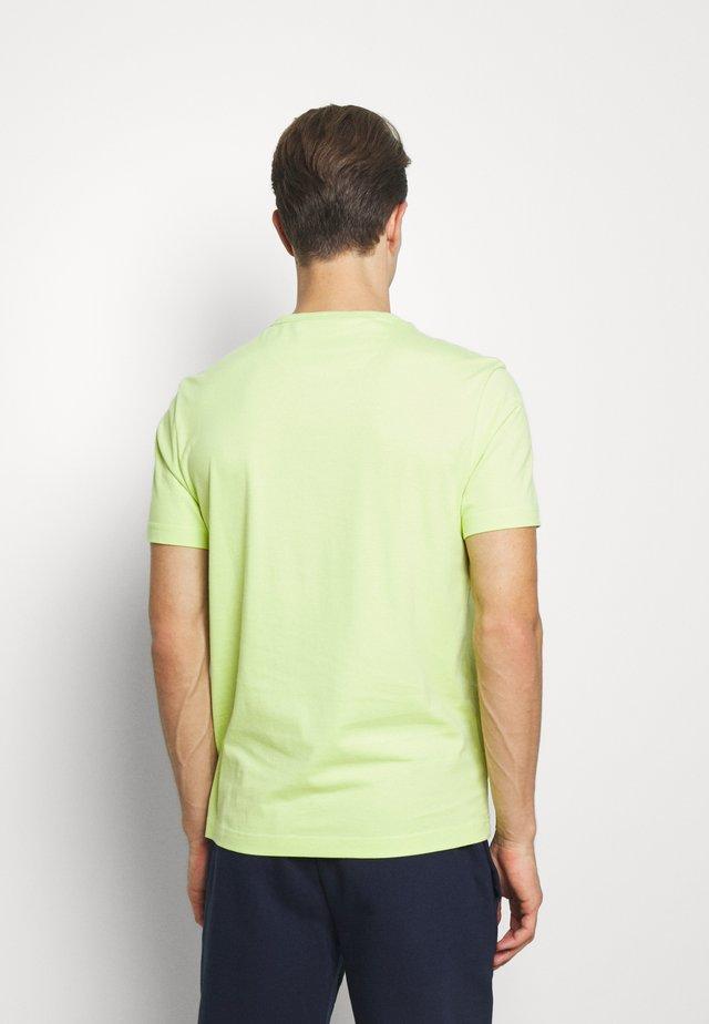DENNIS SOLID TEE - T-shirt z nadrukiem - acid green