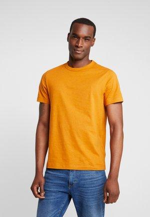 DENNIS SOLID TEE - Basic T-shirt - gold