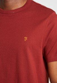 Farah - DENNIS SOLID TEE - T-shirt basique - burnt red - 4