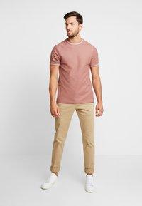 Farah - POTTER TEE - T-shirt basique - dark mauve - 1