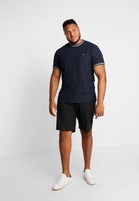 Farah - PLUS POTTER TEE - Print T-shirt - true navy - 1