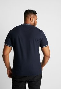Farah - PLUS POTTER TEE - Print T-shirt - true navy - 2