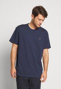 Farah - COLLIER REGULAR FIT TEE - T-shirt basic - yale - 0