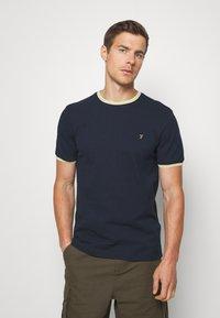 Farah - BEATNIK - T-shirt z nadrukiem - yale - 0