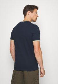 Farah - BEATNIK - T-shirt z nadrukiem - yale - 2