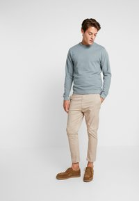 Farah - PICKWELL GARMENT WASHED - Sweatshirt - clay - 1