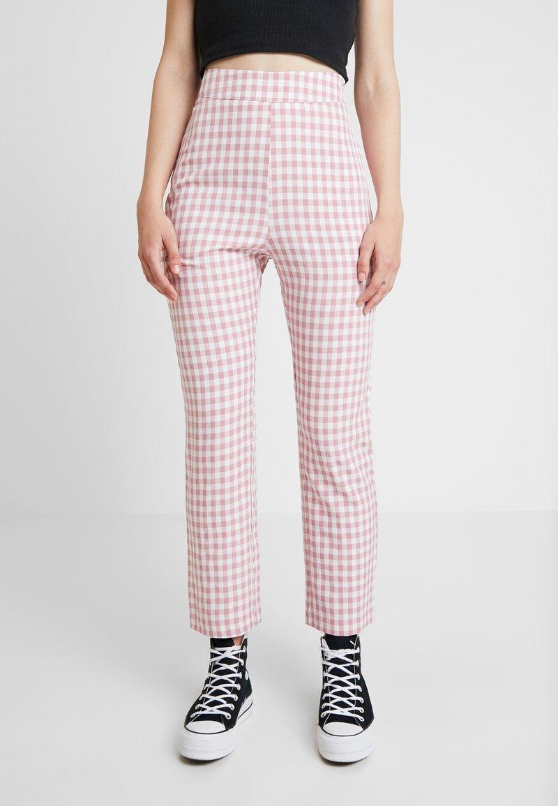 Fashion Union - GINGHAM FROZAY - Stoffhose - pink