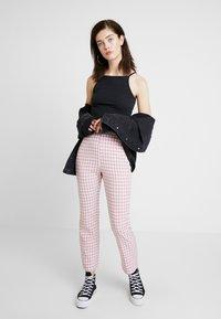 Fashion Union - GINGHAM FROZAY - Kalhoty - pink - 1