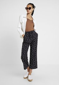 Fashion Union - NIPPY TROUSER - Kalhoty - daisy - 2