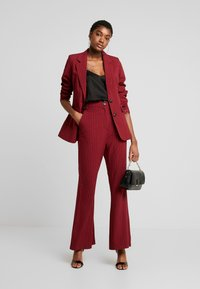 Fashion Union - VELMAS TROUSER - Broek - burgundy - 1