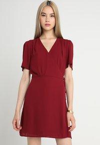 Fashion Union - LAVERNE - Robe d'été - burgundy - 0