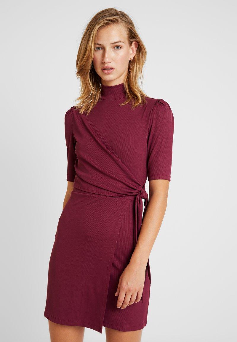 Fashion Union - Robe fourreau - cranberry