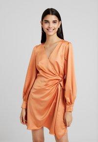 Fashion Union - FIQUE - Denní šaty - rust - 0