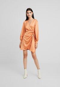 Fashion Union - FIQUE - Denní šaty - rust - 2