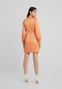 Fashion Union - FIQUE - Denní šaty - rust - 3
