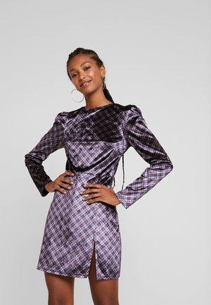 ANISEED - Pouzdrové šaty - black, purple