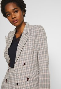 Fashion Union - BETTY - Blazer - black/cream/brown - 5