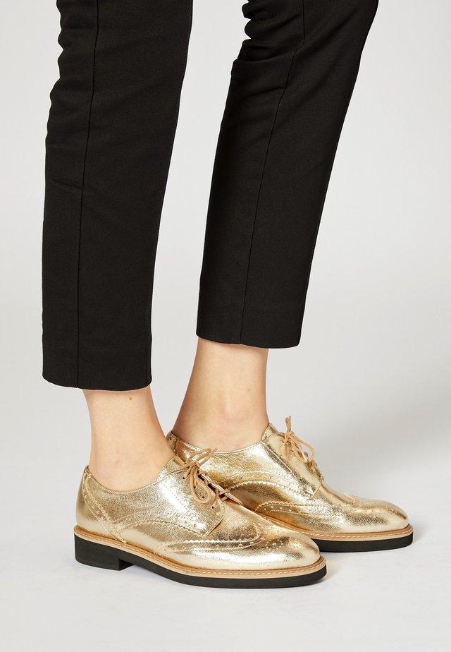 Sznurowane obuwie sportowe - gold