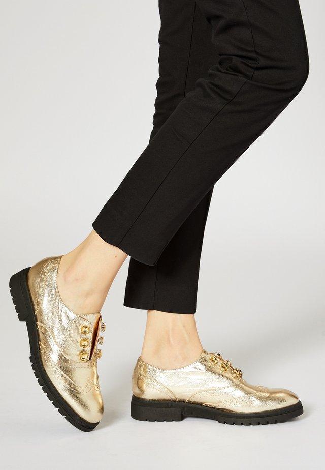 BUDAPESTER - Sznurowane obuwie sportowe - gold