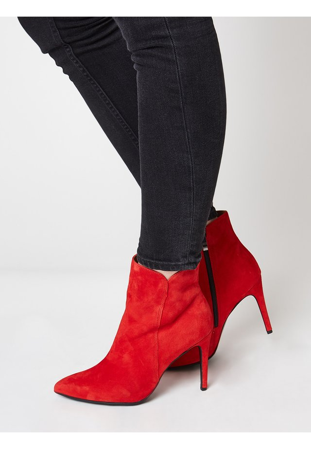 MIT STILETTO ABSATZ - Classic ankle boots - rot
