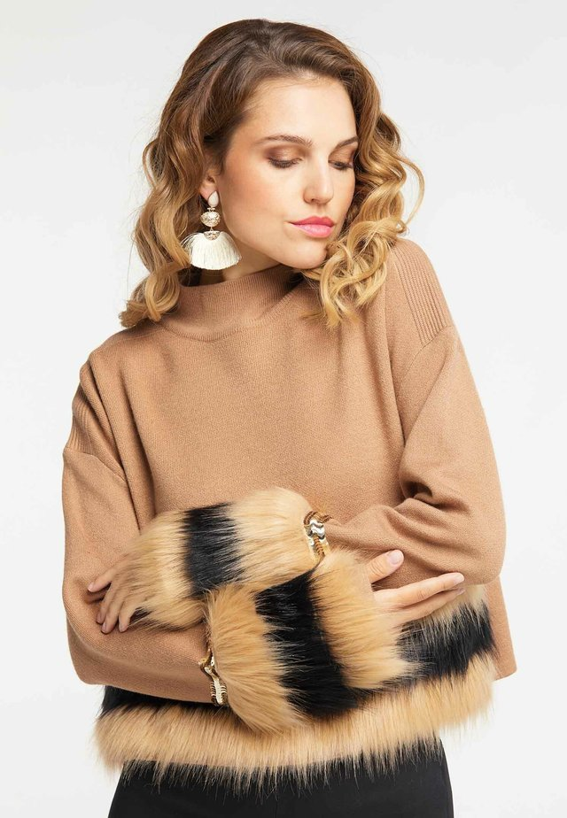 Stickad tröja - kamel