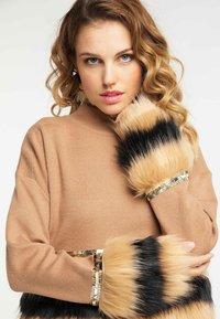 faina - Stickad tröja - kamel - 3